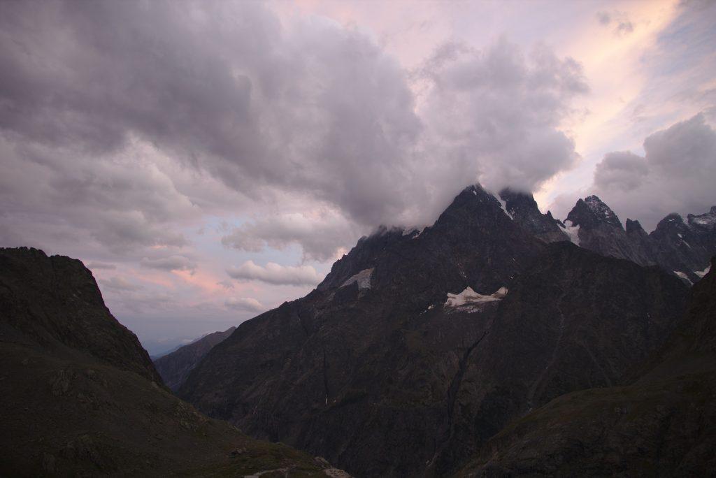 Quelques sommets sous les nuages, Le petit Pelvoux, la pointe Durand, la pointe Puiseux, le pic sans nom et le pic tu coup de sabre.